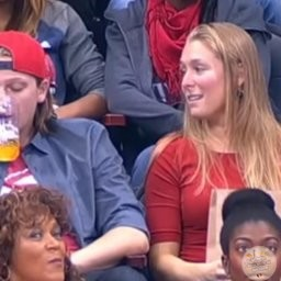 Alors que son copain la rejette devant la Kiss Cam, elle a la meilleure revanche possible!